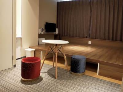 丸テーブル、スツール無料貸し出し可能です - CULTI EARL HOTEL 家具なしレンタルスペース1の室内の写真