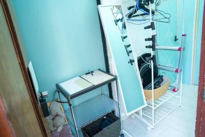 入り口すぐの写真です。ハンガーラックや撮影に必要な機材類をまとめて置いています。 - スタジオフェアリー 天満橋店 シャイン2 スタジオの室内の写真