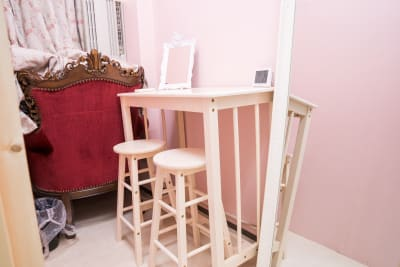メイクスペースです。奥はスタジオ用の倉庫となっており、使用できません。 - スタジオフェアリー 天満橋店 シャイン2 スタジオの室内の写真