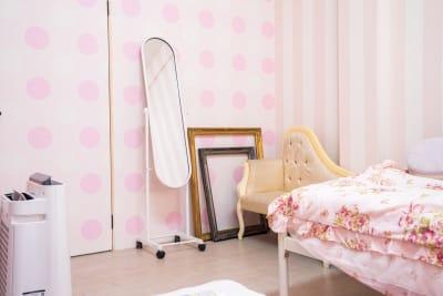 一人用の小さめのソファーや額縁になります。キャスター付の鏡もあります。 - スタジオフェアリー 天満橋店 シャイン2 スタジオの室内の写真