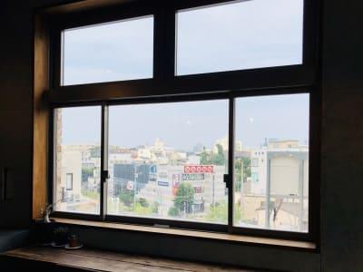 遠くには六本木ヒルズや、新宿ドコモタワーなど見えます! - 下北沢レンタルスペース レンタルスペースの室内の写真