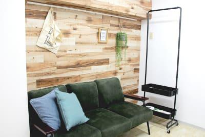 撮影会主催者、YouTuber、ライバーの方々から評判の良いソファです - 池袋リラックススタジオ 撮影会や女子会に最適なスペースの室内の写真