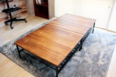 木製の大きい机を2つ連結させています。独立して利用することも可能です。 - 池袋リラックススタジオ 撮影会や女子会に最適なスペースの室内の写真