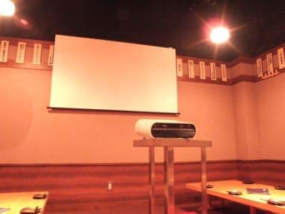 Wi-Fi無料!プロジェクター・スクリーン・DVD・マイク・アンプ無料! - 信州炉端 串の蔵 新宿東口店 ・貸会議室・多目的スペースの室内の写真