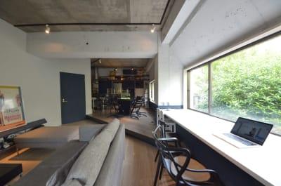 南青山の閑静な住宅街の緑デザイナーズハウス。約30畳のリビングダイニング。 - U Share 多目的スペースの室内の写真