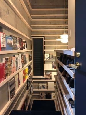 階段図書館。ゆっくり本をご覧いただけます。有料オプションです。 - U Share 多目的スペースの室内の写真