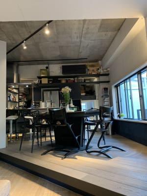 伸縮可なダイニングテーブル。最大9人座れます。隣接するカウンターに2人座れます。 - U Share 多目的スペースの室内の写真