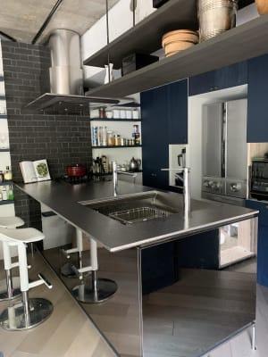 広いオープンキッチンandカウンター。備品完備。 - U Share 多目的スペースの室内の写真