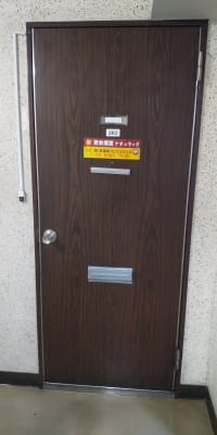 ポストから鍵を取って開けて下さい - レンタルスペース【プリミナ】 池袋レンタルスペースの入口の写真