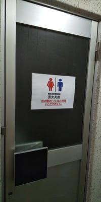 トイレは室外にあります。その都度鍵を開けて使用して下さい - レンタルスペース【プリミナ】 池袋レンタルスペースの設備の写真