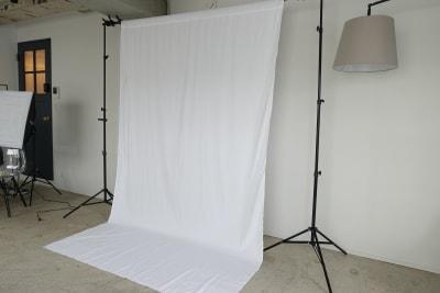 白ホリゾント。 - THINK SPACE 東京 モノトーン撮影Aスタジオの室内の写真