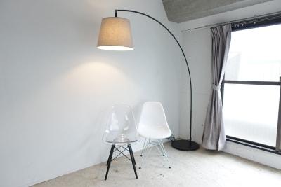 大きなフロアランプ。 - THINK SPACE 東京 モノトーン撮影Aスタジオの室内の写真
