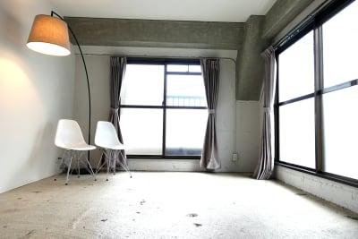 家具をどけて素材感を出すもよし。 - THINK SPACE 東京 モノトーン撮影Aスタジオの室内の写真