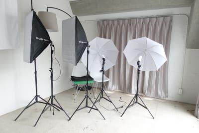 照明器具も標準装備。 - THINK SPACE 東京 モノトーン撮影Aスタジオの室内の写真