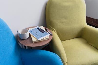少し疲れたらソファで休憩もできます。 - Feel Osaka Yu 【超高速WiFi】心斎橋仕事部屋の室内の写真