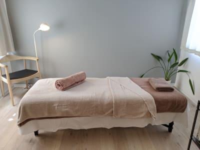 施術用ベッド  整体・鍼灸・エステなどにご利用いただけます - シェアサロン『シェアフェリズ』 サロンスペースの室内の写真