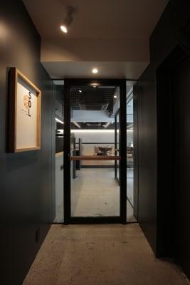 ガラス越しにスペース内もよく見えます。 - ScribbleOsakaLab 貸しオフィス・スタジオの入口の写真
