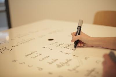 テーブルもホワイトボード仕様。 - ScribbleOsakaLab 貸しオフィス・スタジオの室内の写真