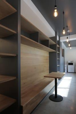 ベンチ席。 - ScribbleOsakaLab 貸しオフィス・スタジオの室内の写真