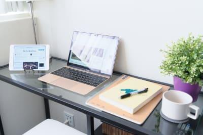 とても静かでキレイな個室。超高速WiFiで快適な作業空間。 - Feel Osaka Yu 【超高速WiFi】お仕事スペースの室内の写真