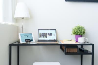 超高速WiFiと高セキュリティーで、安心してzoom、Skype会議が可能です。 - Feel Osaka Yu 【超高速WiFi】フリースペースの室内の写真