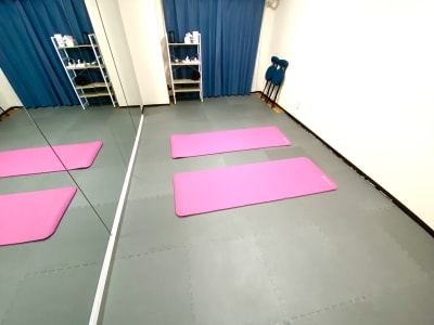 ヨガマット×2(無料) - ダンススタジオ 学生応援【格安】ダンススタジオの入口の写真