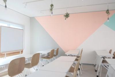 木枠のナチュラルなデザインのホワイトボード。 (W115cm×H92cm) - コトノハ梅小路 多目的スタジオ/貸し会議室の室内の写真