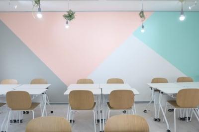 島型レイアウトで5島。 - コトノハ梅小路 多目的スタジオ/貸し会議室の室内の写真