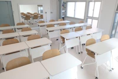 床も木目の明るいフロアタイルで清潔感溢れる空間に - コトノハ梅小路 多目的スタジオ/貸し会議室の室内の写真