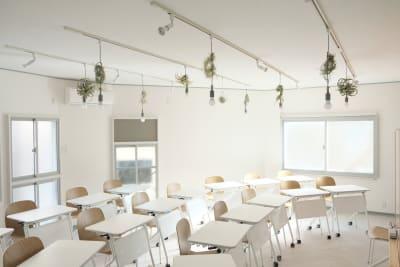 横に広いスクール型のレイアウトも可能です - コトノハ梅小路 多目的スタジオ/貸し会議室の室内の写真