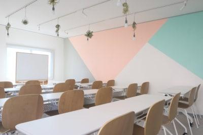明るく爽やかな空間で、楽しく学んでください - コトノハ梅小路 多目的スタジオ/貸し会議室の室内の写真