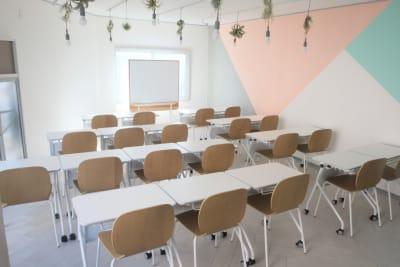 壁の模様はアメリカで流行しつつあるジオメトリック(幾何学)スタイルで、塗装 - コトノハ梅小路 多目的スタジオ/貸し会議室の室内の写真