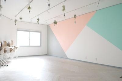 フラップデスクとスタッキングチェアを端に寄せたら、広々空間 - コトノハ梅小路 多目的スタジオ/貸し会議室の室内の写真