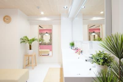 オプションでシャワー銭湯もご利用頂けます。タオル付きです。 - Feel Osaka Yu 【超高速WiFi】フリースペースの室内の写真