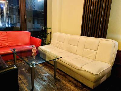 赤・黒・白のソファーのコントラストが素敵な雰囲気を醸し出しています - レンタルスペース・タンポポの室内の写真