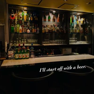カウンターには国内外様々な種類のお酒をご用意。  インテリアとしても映えポイントになる事間違いなし! - Bar B-LUCK BERRY Bar,パーティ会場の室内の写真