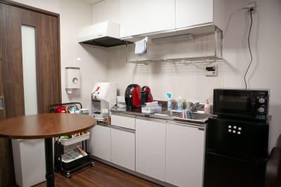 ●1階 キッチン 空間の中央に円形カウンターテーブル。 食事や立ち仕事もできる空 - 東京・王子「アイビーカフェ王子」 2階ナチュラルカフェ/約5畳の設備の写真