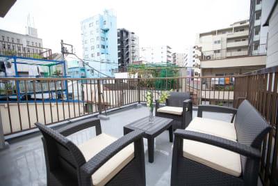 ●屋上 オープンカフェ 最大4名まで利用できるソファー&テーブルセット。 天気の - 東京・王子「アイビーカフェ王子」 2階と屋上のセットプランの室内の写真
