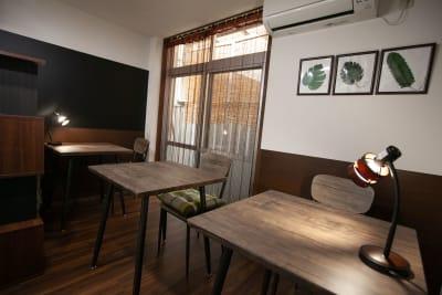 ●1階 純喫茶 ダークブラウンを基調にした重厚で落ち着いたインテリア。 ソファ席 - 東京・王子「アイビーカフェ王子」 一軒まるごと利用/90㎡・20名の室内の写真