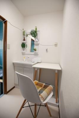 ●1階 洗面席 白でまとめた清潔感あふれるブース席。 TV会議にもご利用いただけ - 東京・王子「アイビーカフェ王子」 一軒まるごと利用/90㎡・20名の室内の写真
