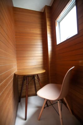 ●2階 収納席 木目の壁に囲まれた窓付きのブース席。 TV会議にもご利用いただけ - 東京・王子「アイビーカフェ王子」 一軒まるごと利用/90㎡・20名の室内の写真
