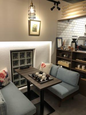店内ソファ席 - 葵禅カフェ&バー 多目的スペースの室内の写真