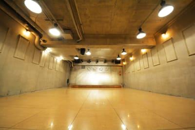 インダストリアル(工場)デザインのフロア ノスタルジックな雰囲気 - GREEN'S LINE 【ステージ有】撮影・配信の室内の写真