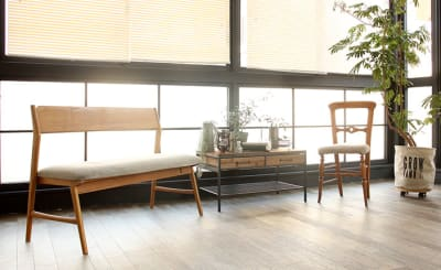 黒の窓枠とベンチソファ - ブルックススタジオ テラス付きハウススタジオ の室内の写真