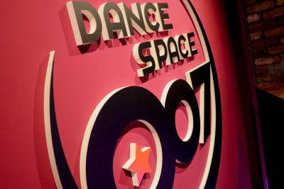 側面スタジオサイン - DANCE SPACE 007 ダンススタジオ、多目的スタジオの室内の写真
