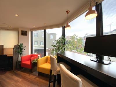 カウンター席、ソファー席もご利用いただけます、 - HaNaLe三鷹台駅会議室 個別デスク席①の室内の写真