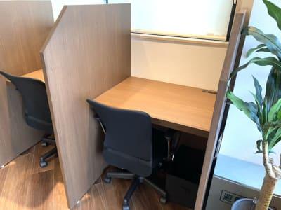 各席にコンセントが2箇所設置してあります。 - HaNaLe三鷹台駅会議室 個別デスク席①の室内の写真