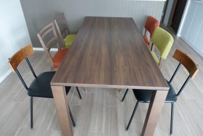 予備の椅子を使えば、6名様着席いただけます - 川口市kawaguchi レンタルリビングの室内の写真