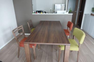 180×80cmの広々としたダイニングテーブルです - 川口市kawaguchi レンタルリビングの室内の写真