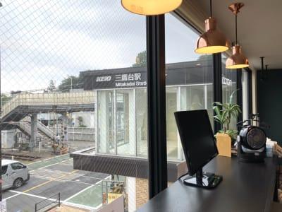 三鷹台駅が見えます。雨の日は傘は必要ありません。 - HaNaLe三鷹台駅会議室 HaNaLe三鷹台駅前会議室の室内の写真